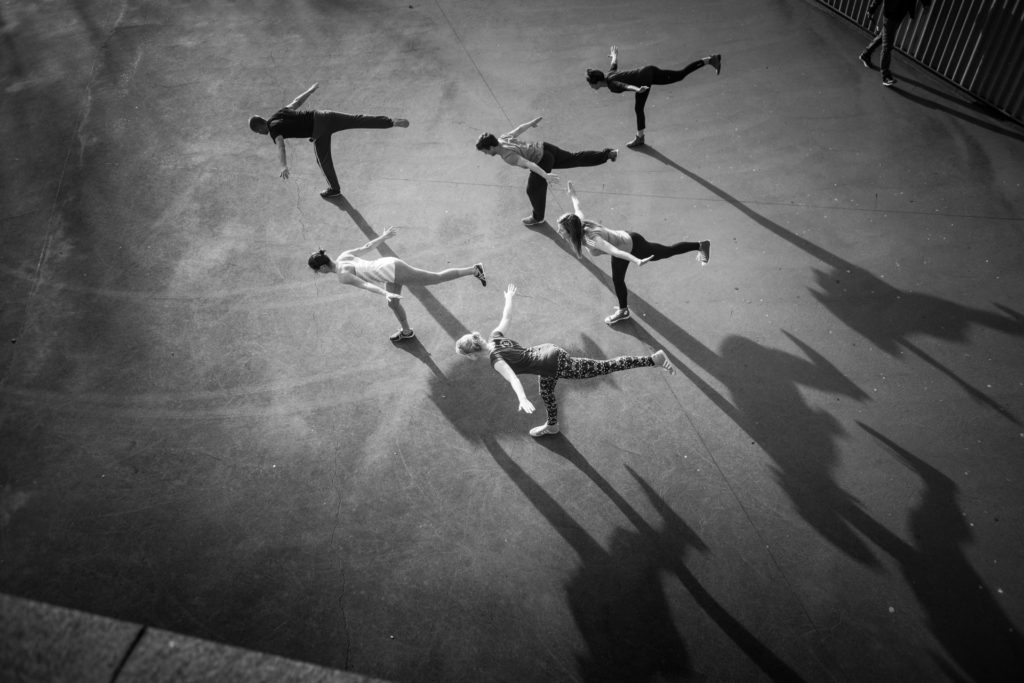 groep mensen in yoga pose