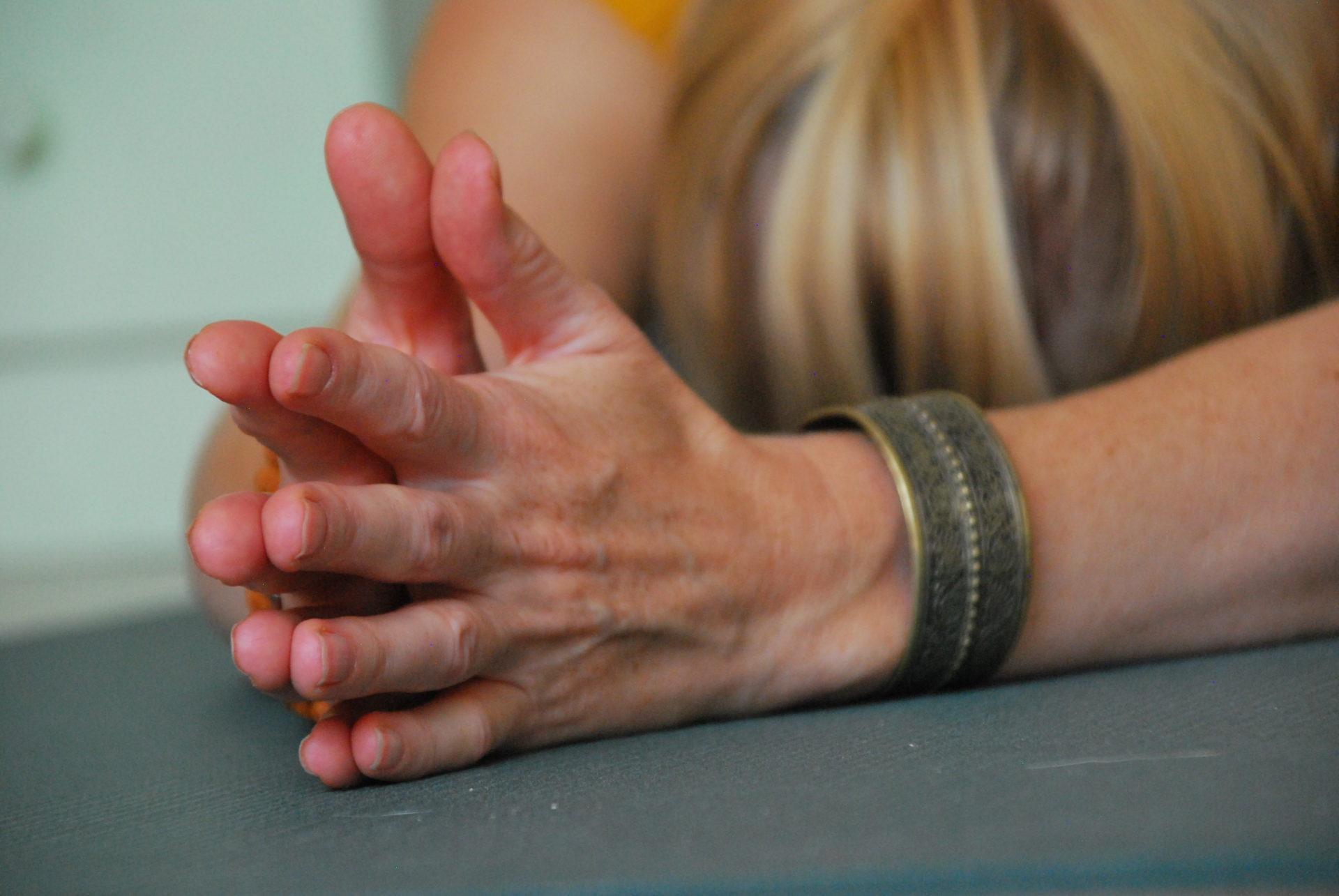 yoga pose met handen tegen elkaar