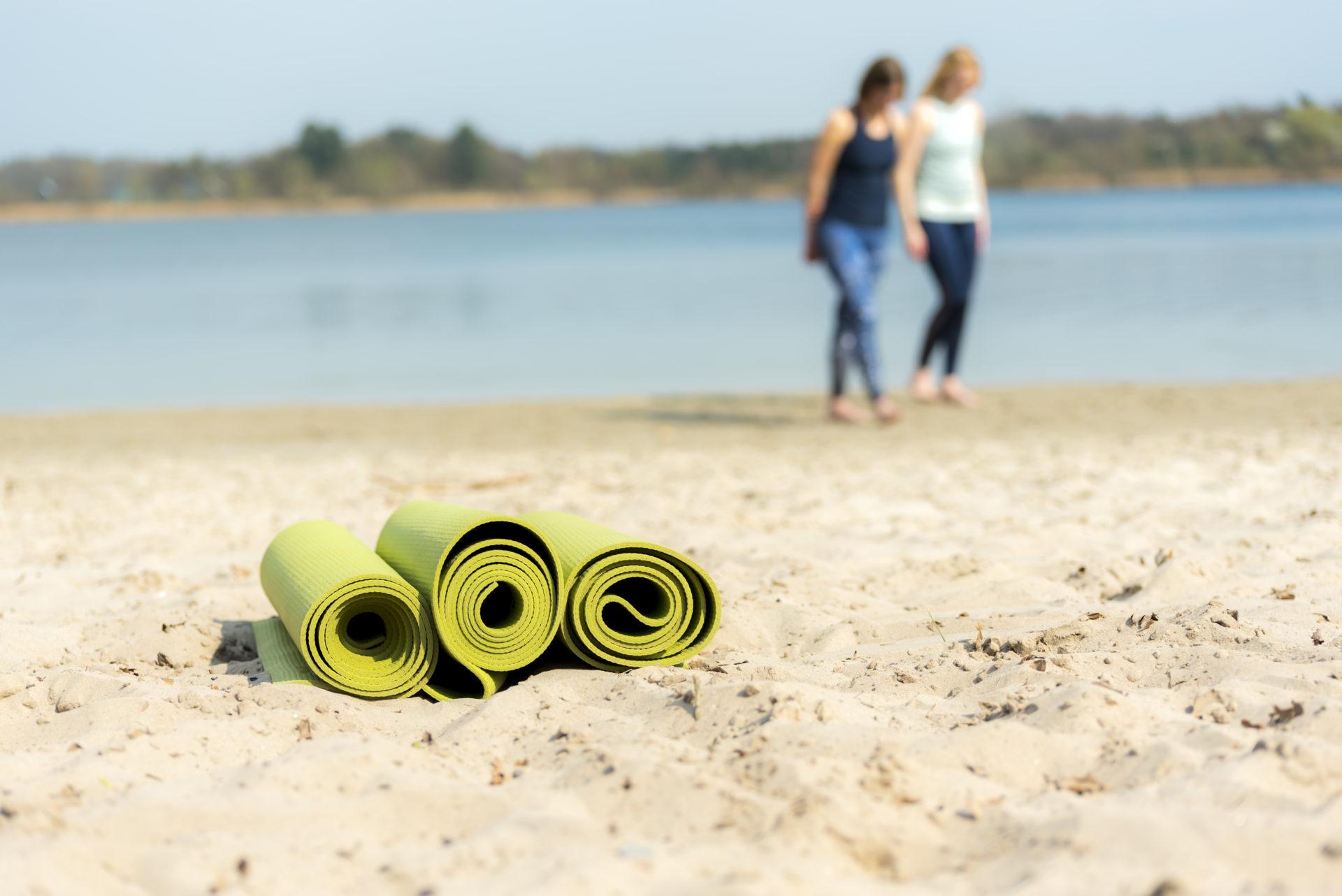yogamatten op het strand