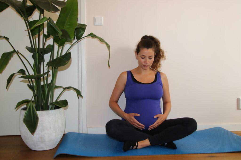 Zwangerschapsyoga - Yoga voor zwangere in Breda - meditatie houding
